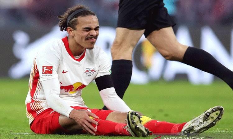 Penyerang RB Leipzig Yussuf Poulsen meringis kesakitan setelah terjatuh pada pertandingan Liga Jerman melawan Cologne yang dimainkan di Red Bull Arena, Leipzig, Sabtu (19/12/2020). (ANTARA/Pool via REUTERS/RONNY HARTMANN)