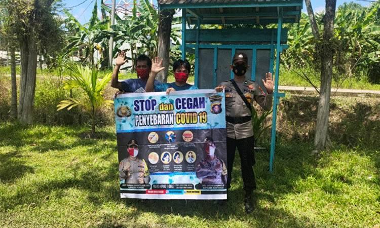 Personel Polsek Mantangai saat melaksanakan patroli dan sosialisasi cegah covid-19 kepada warga.