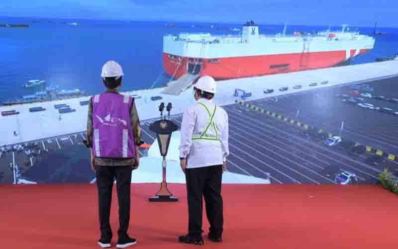 Presiden Jokowi didampingi Sekretaris Kabinet Pramono Anung menyaksikan operasional perdana Pelabuhan Internasional Patimban, Subang, Jawa Barat dari Istana Kepresidenan Bogor, Minggu (20/12). (foto : Kris - Biro Pers Sekretariat Presiden)