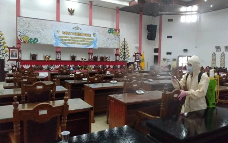 Satgas Covid-19 saat melakukan penyemprotan disinfektan di gedung DPRD Palangka Raya, Senin 21 Desember 2020.