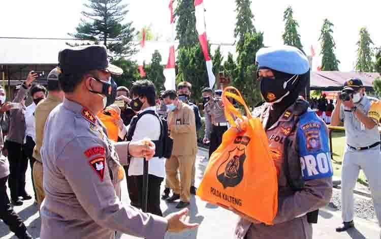 Kapolda Kalteng Irjen Pol Dedi Prasetyo menyerahkan paket sembako kepada personel dan selanjutnya didistribusikan ke sejumlah Panti Asuhan.