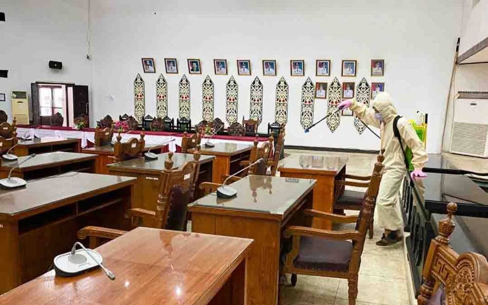 Ruangan Komisi di DPRD Kota Palangka Raya dilakukan penyemprotan disinfektan.