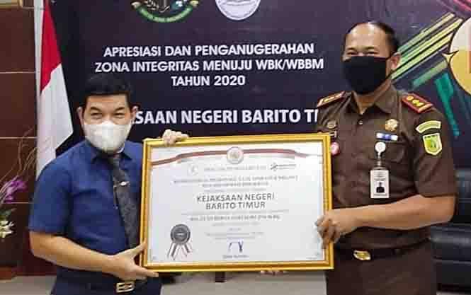 Bupati Barito Timur, Ampera AY Mebas Bersama Kajari  Roy Rovalino Herudiansyah.