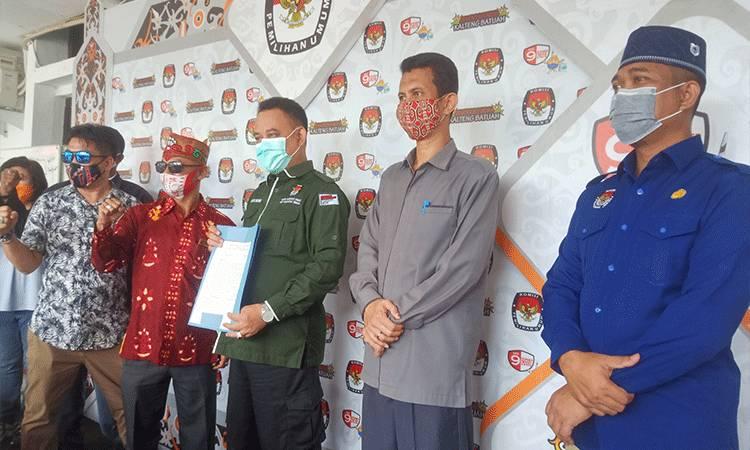 Ketua KPU Provinsi Kalteng Harmain Ibrohim saat menerima surat pernyataan sikap dari Korkapda.