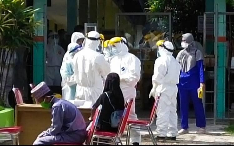 Tim medis menggunakan APD lengkap saat menangani pasien Covid-19.