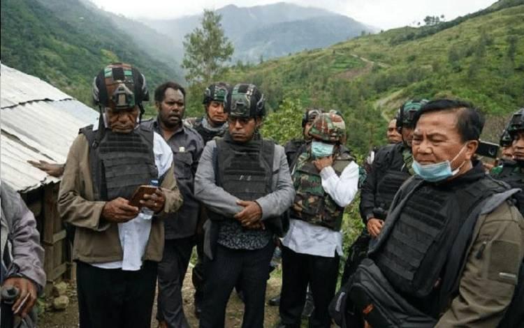 Ketua Tim Gabungan Pencari Fakta (TGPF) Kasus Penembakan Intan Jaya Benny Mamoto bersama anggota tim di Intan Jaya, Papua. ANTARA/HO-Dok Humas Kemenko Polhukam