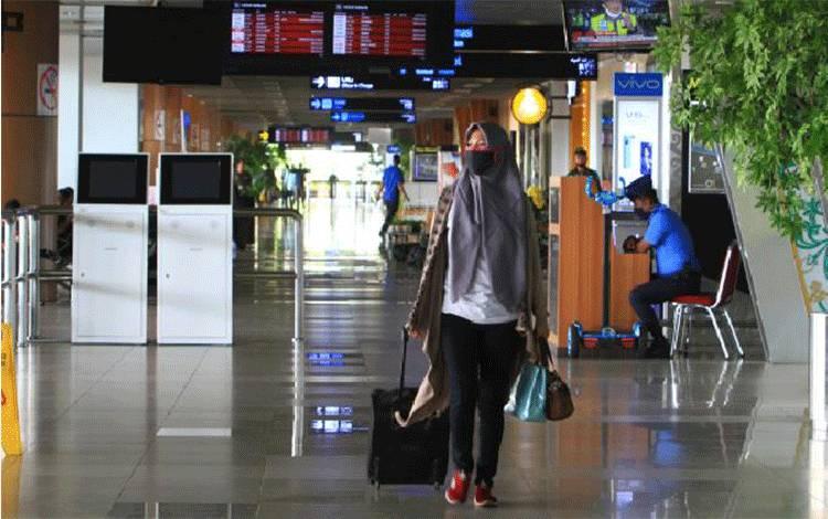 Seorang penumpang pesawat berjalan menyusuri koridor di Bandara Internasional Supadio, Kabupaten Kubu Raya, Kalimantan Barat, Jumat, 24 April 2020. ANTARA