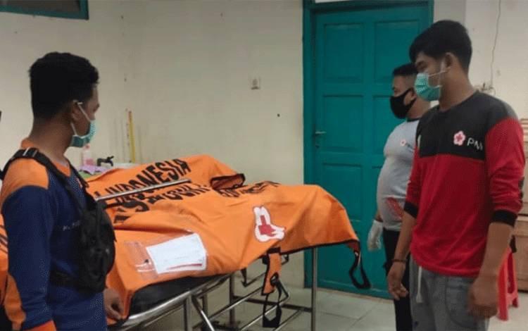 Dua jenazah korban kecelakaan tunggal saat dievakuasi di kamar Jenazah RSUD dr Murjani Sampit.