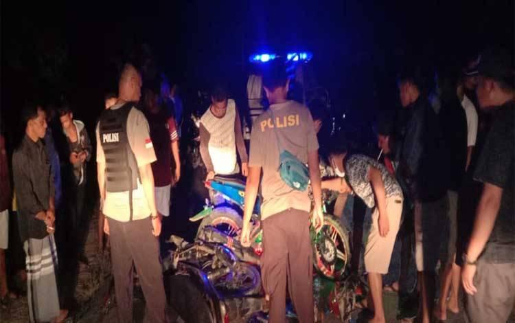 Petugas kepolisian berada di TKP setelah dua motor adu kuat di wilayah Kecamatan Katingan Tengah tadi malam