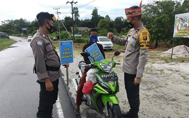 Kapolsek Banama Tingang Ipda Doohan Octa Prasetya mengajak masyarakat untuk selalu memakai masker.