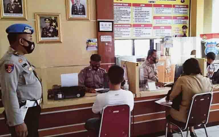 Anggota Sispropam Polresta Palangka Raya melakukan pengecekan di ruangan pelayanan publik