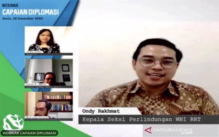 Tangkapan Layar: Kepala Seksi Pelindungan WNI untuk Wilayah China Kementerian Luar Negeri Republik Indonesia, Ondy Rakhmat (kanan), memberi paparan untuk mahasiswa pada sesi seminar virtual di Jakarta, Senin (28/12/2020). (ANTARA/Genta Tenri Mawangi)