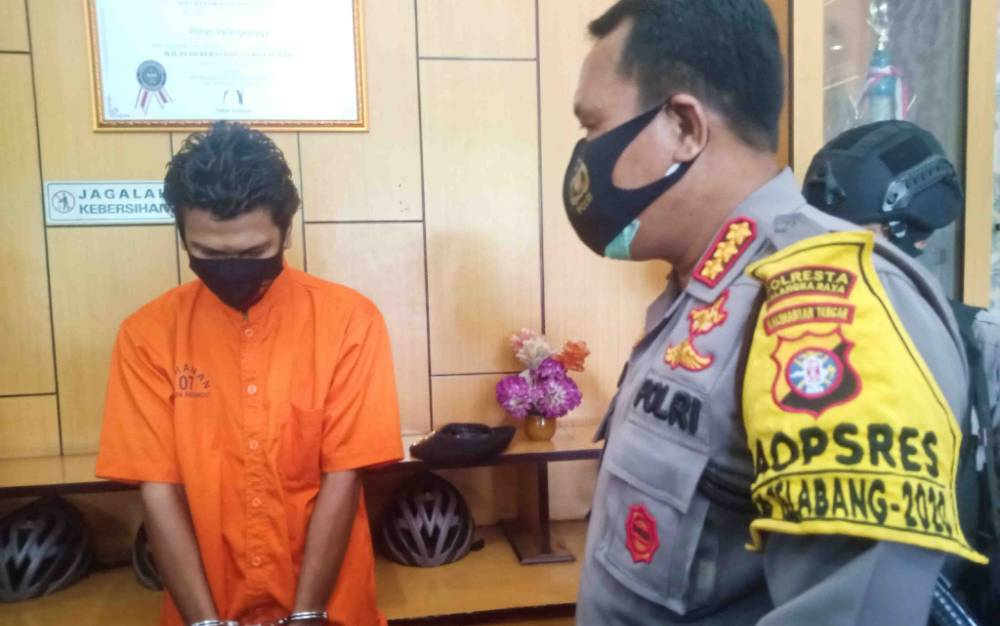 Kapolresta Palangka Raya Kombes Dwi Tunggal Jaladri mengintrogasi pelaku penipuan dan penggelapan di Polsek Pahandut, Selasa 29 Desember 2020