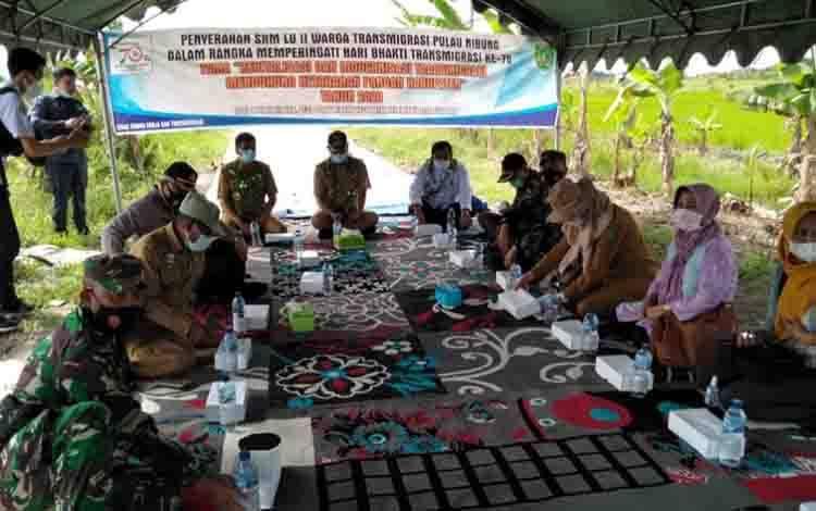 Acara menyerahkan SHM LU II kepada waega transmigrasi SP 1 Pulau Nibung