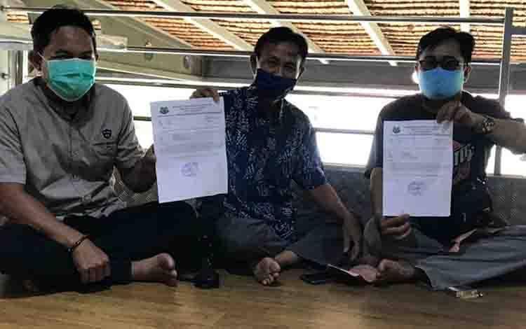 Surya Akat (kanan) dan Haryono menunjukkan surat pembebas tugasan dari jabatan Ketua RT 06, dan 08 oleh Kepala Desa Dadahup