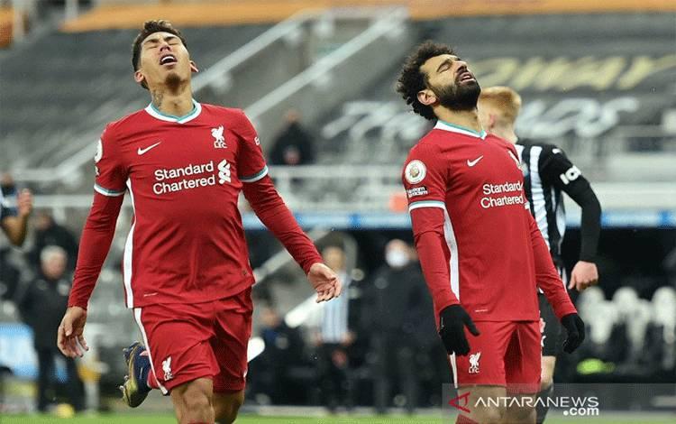 Pemain Liverpool Mohamed Salah dan Roberto Firmino bereaksi saat laga Liga Inggris melawan Newcastle United di St James' Park, Newcastle, Inggris (30/12/2020). Meski ditahan imbang 0-0 lawan Newcastle United, Liverpool tetap kokoh di puncak klasemen sementara. ANTARA FOTO/Pool via REUTERS/Peter Powell/aww.