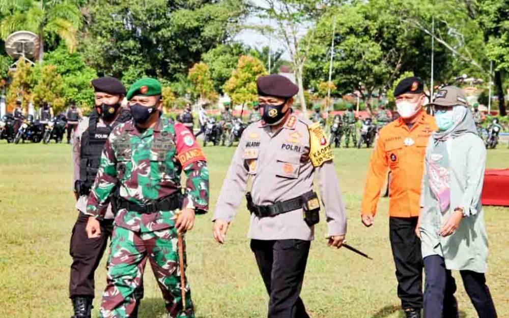 Kapolresta Palangka Raya Kombes Dwi Tunggal Jaladri bersama Dandim 1016 Palangka Raya Kolonel Inf. I Gede Putra Yasa melakukan pengecekan personel dan peralatan bencana alam