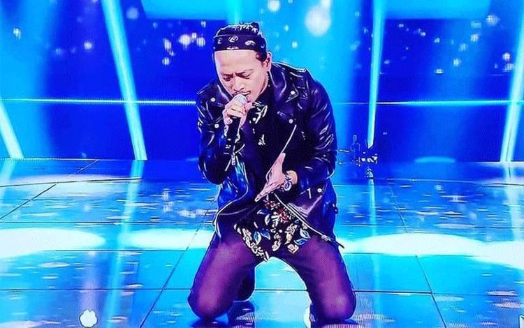 """Cahayadi Kam atau Eki ketika tampil membawakan lagu Italia berjudul """"Tappeto Di Fragole"""" dalam malam grand final ajang pencarian bakat All Together Now pada Sabtu (16/12) waktu setempat di Roma. (ANTARA/HO Anna Benaglia)"""