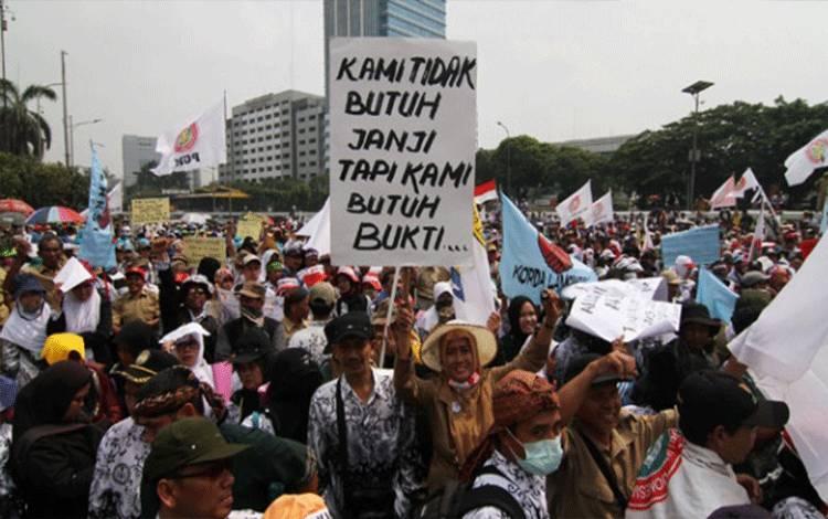 Ribuan Guru honorer yang tergabung dalam Persatuan Guru Republik Indonesia (PGRI) saat menggelar aksi mogok dan unjuk rasa di depan gedung DPR/MPR, Jakarta, 15 September 2015. TEMPO/Dhemas Reviyanto