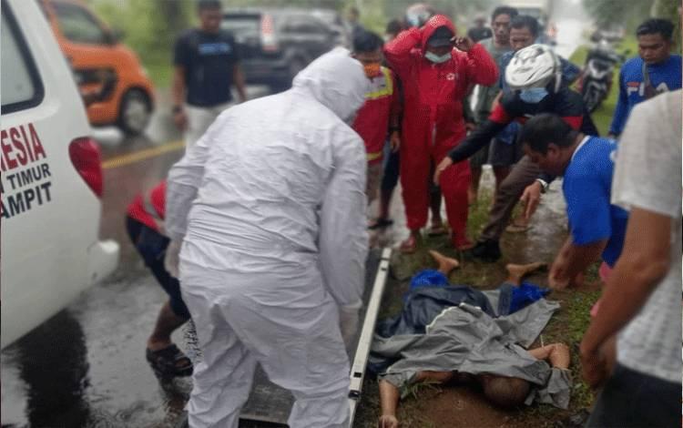 Sejumlah warga dan petugas PMI saat melakukan evakuasi korban tewas di Jalan Jendral Sudirman Km 8 Sampit, Sabtu, 2 Desember 2020.