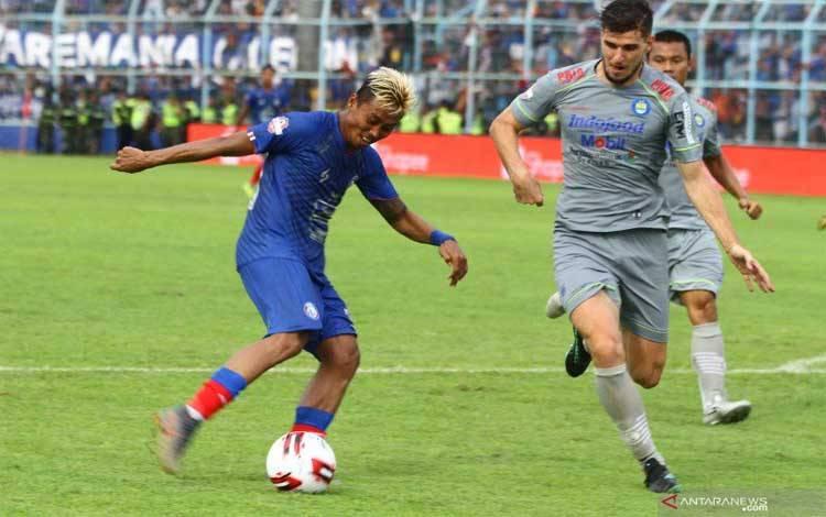 Pesepakbola Arema FC Yudo (kiri) berusaha melewati hadangan pesepakbola Persib Bandung Nick Anna Maria Francois Kuipers (tengah) dan Victor Igbonefo (kanan) dalam pertandingan Liga I di Stadion Kanjuruhan, Malang, Jawa Timur, Minggu (8/3/2020)