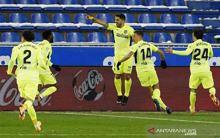 Penyerang Atletico Madrid Luis Suarez (tengah) melakukan selebrasi bersama rekan-rekannya seusai mencetak gol penentu kemenangan atas Alaves dalam lanjutan Liga Inggris di Stadion Mendizorroza, Vitoria-Gasteiz, Spanyol, Minggu (3/1/2021). (ANTARA/REUTERS/Vincent West)
