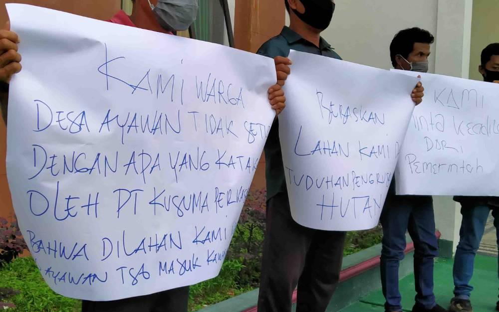 Warga Desa Ayawan saat di PN Sampit mengajukan tuntutan mereka, setelah M Abdul Fatah dijadikan tersangka karena dianggap melakukan perusakan hutan.