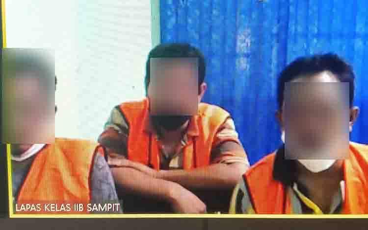 Surya, Mamat Yusuf, dan Ramlan, terdakwa kasus penggelapan CPO.