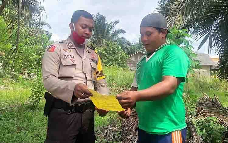 Anggota Polsek Seruyan Tengah Briptu  Rico memberikan sosialisasi Maklumat Kapolda Kalteng kepada warga
