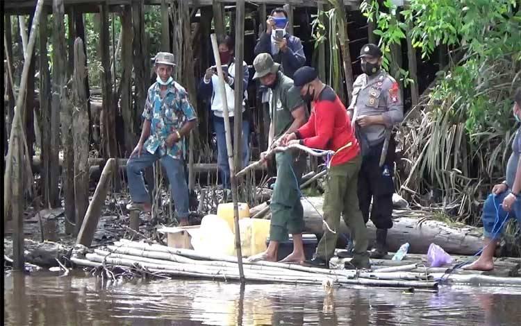 BKSDA Pos Jaga Sampit bersama kepolisian dan warga saat memasang jerat buaya di Desa Pelangsian