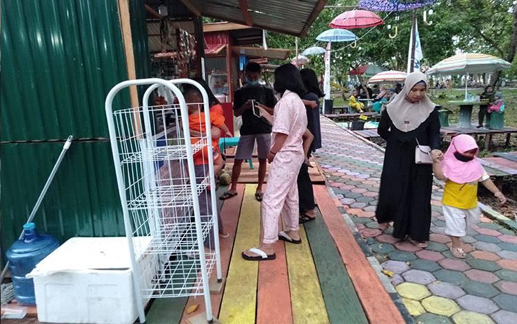 Sejumlah warga berkunjung dan menikmati hidangan dari pekaku UMKM di Taman Hijau Kasongan.