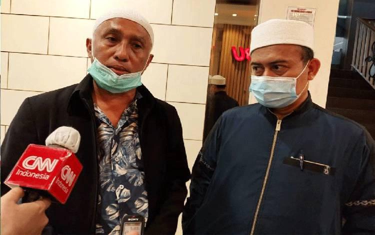 Ketua Umum Persaudaraan Alumni 212 Slamet Ma'arif (kanan) bersama kuasa hukumnya, Achmad Michdan, selepas pemeriksaan di Kantor Kepolisian Daerah Metro Jaya. Selasa, 5 Januari 2021. Tempo/Caesar Akbar