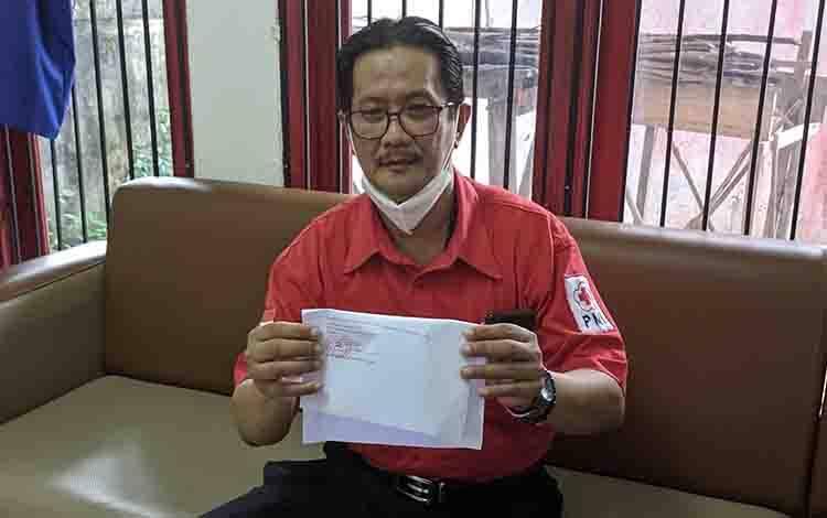 Kepala UDD PMI Kotim dr Yuendri Irawanto, saat menunjukan tanda tangan asli darinya.