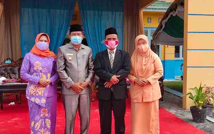 Wakil Bupati Ahmadi foto bersama Kepala Kemenag Sukamar, Nur Widiyantoro