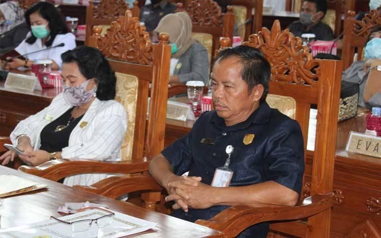 Anggota DPRD Kabupaten Gunung Mas, Polie L Mihing (kanan)