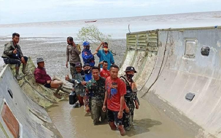 Tim gabungan bersama warga Kotawaringin Barat, Kalimantan Tengah melakukan pengecekan benda atau serpihan yang diduga bangkai pesawat terbang yang ditemukan di perairan Kumai, Selasa, 5 Januari 2021. Kredit: ANTARA/HO-Humas Polda Kalteng