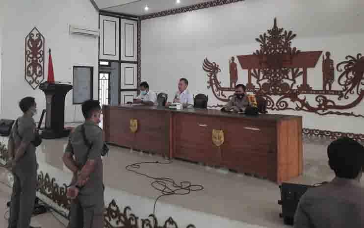 Bupati Gumas Jaya S Monong (tengah) memberi arahan sebelum pelaksanaan tes urine di GPU Damang Batu, Rabu 6 Januari 2021.