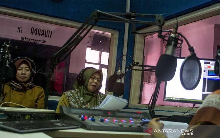 Guru yang tergabung dalam Forum Kelompok Kerja Arsip Foto. Guru (FKKG) melakukan pembelajaran jarak jauh menggunakan fasilitas siaran radio di Lembaga Penyiaaran Publik Lokal Sturada 89,4 FM, Karawang, Jawa Barat, Selasa (1/9/2020), untuk memudahkan siswa yang sulit mengakses internet