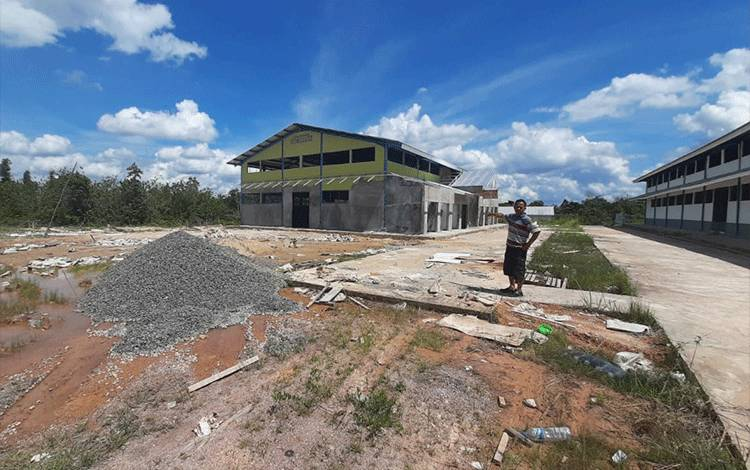 Kondisi pasar induk Lamandau yang diduga tak selesai dikerjakan kontraktor.