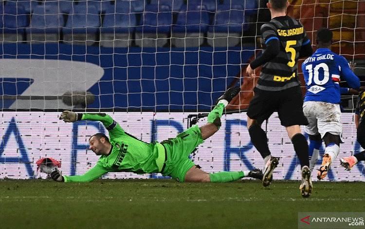 Penyerang Sampdoria Keita Balde (kanan) mencetak gol ke gawang Inter Milan pada pertandingan Liga Italia yang dimainkan di Stadion Luigi Ferraris, Genoa, Rabu (6/1/2021). (ANTARA/AFP/MARCO BERTORELLO)