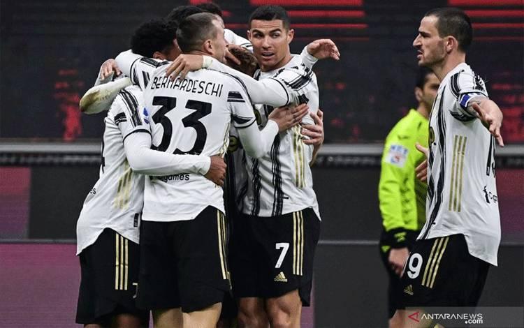 Para pemain Juventus merayakan gol yang dicetak Weston McKennie dalam pertandingan Liga Italia melawan AC Milan yang dimainkan di Stadion San Siro, Milan, Rabu (6/1/2021). (ANTARA/AFP/MIGUEL MEDINA)