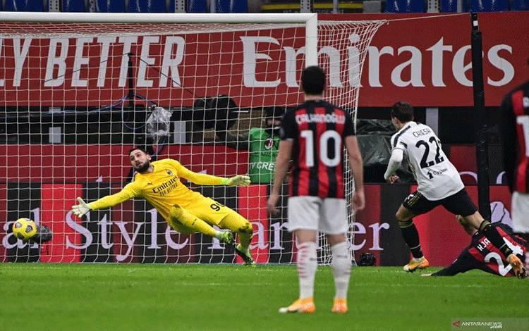 Penyerang Juventus Federico Chiesa (kanan) melepaskan tembakan yang berbuah gol ke gawang AC Milan pada pertandingan Liga Italia yang dimainkan di Stadion San Siro, Milan, Rabu(6/1/2021). (ANTARA/AFP/MIGUEL MEDINA)