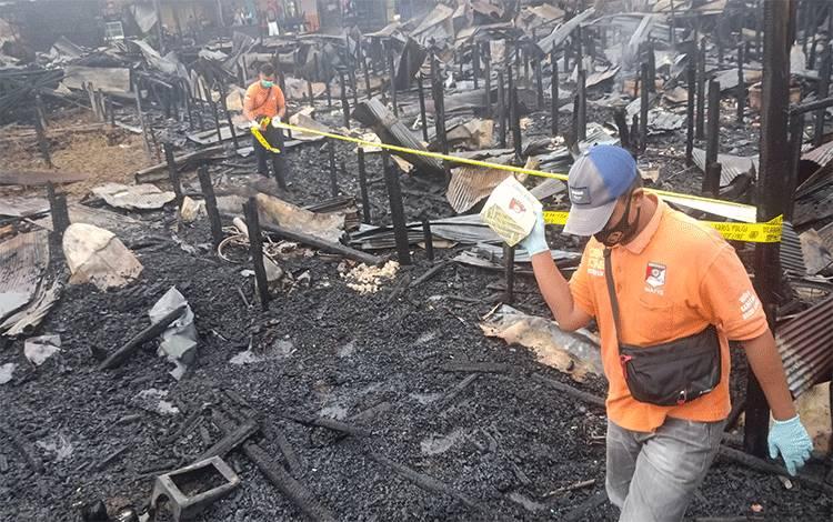 Tim Inafis Polresta Palangka Raya melakukan olah TKP di lokasi kebakaran.