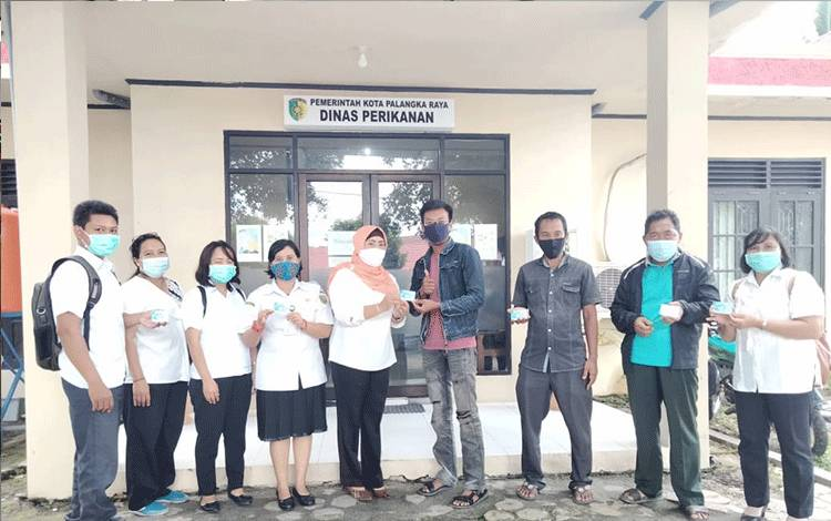 Kepala Dinas Perikanan Kota Palangka Raya Indriarti Ritadewi menyerahkan kartu asuransi kepada kelompok budidaya ikan kecil.