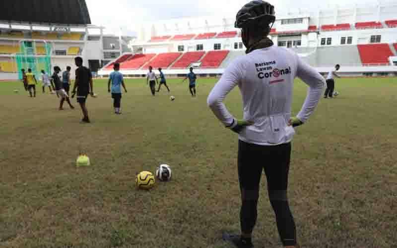 Para pemain tim Elite Pro Academy (EPA) PSIS Semarang menjajal Stadion Jatidiri dengan disaksikan Gubernur Jawa Tengah Ganjar Pranowo. (foto : ANTARA/HO-Humas Pemprov Jateng)