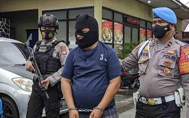 Tersangka kasus sodomi saat digiring aparat kepolisian, Kamis, 7 Januari 2021.