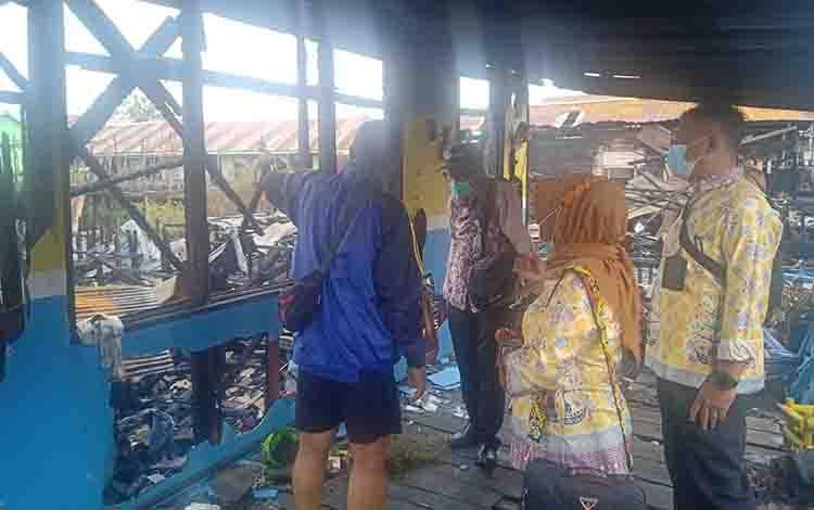 Petugas Dinas Sosial Provinsi Kalteng saat meninjau lokasi kebakarna di Jalan Murjani, Kecamatan Pahandut.