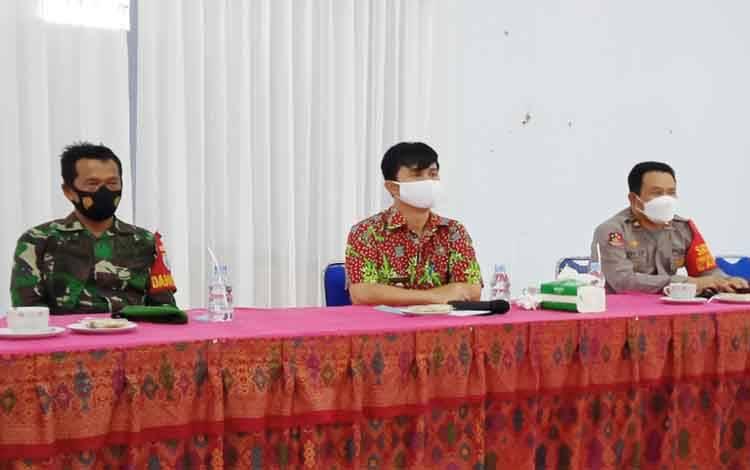 Danramil 1012-04 Tamiang Layang Kapten Inf M Kasand saat rapat koordinasi bersama Camat dan Kapolsek Dusun Timur