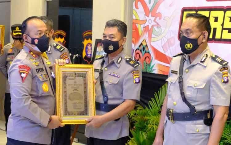 Kapolda Kalteng Irjen Dedi Prasetyo memberikan piagam penghargaan kepada salah satu personel yang purna tugas
