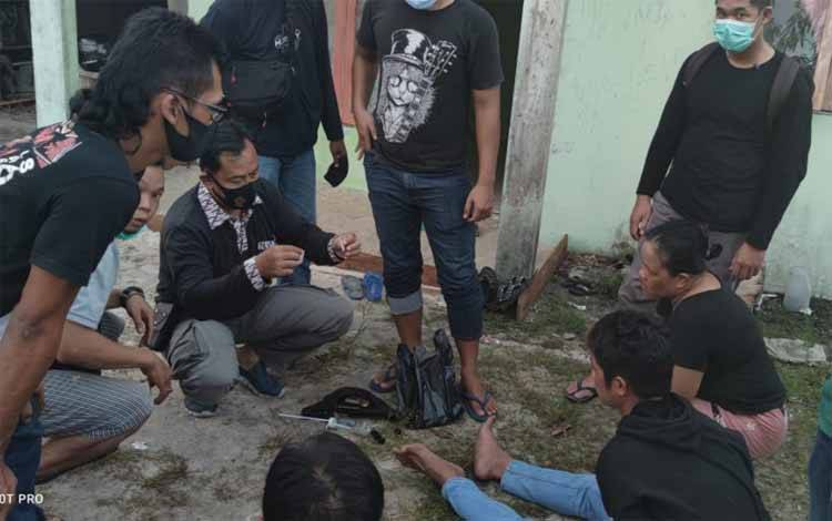 Anggota Satresnarkoba Polresta Palangka Raya saat melakukan penangkapan ketiga tersangka